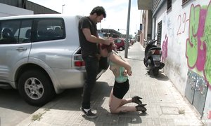 Безумный извращенец трахает связанную девку прямо на улице
