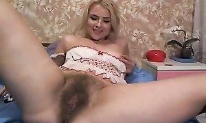 Озорная блондинка демонстрирует волосатую промежность