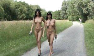 Сестры-близняшки снимают купальники и гуляют голыми по улице