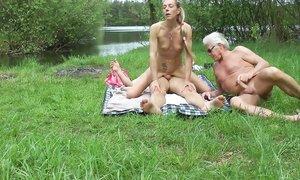 Супруги ходят голые на природе и трахаются при людях