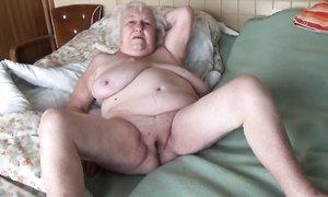 Толстые дед и бабка семидесяти лет в позиции 69