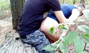 Молодая парочка устроила русское порно прямо на природе