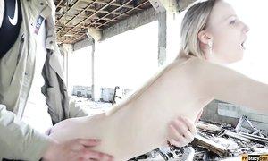 Разорившийся делец прилюдно трахает раком молодую проститутку в собственном недострое