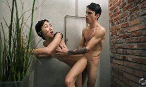 Худая китаянка даже в душе не желает скучать без члена своего обожаемого жениха