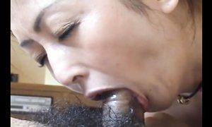 Японская гейша сосёт маленький член клиента