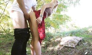 Девчонка в длинной красной юбке, немножко помастурбировав, захотела на член к своему Зайке