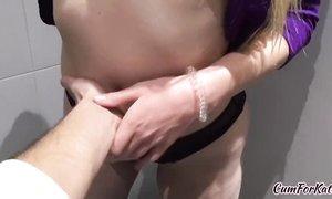Оральные и вагинальные забавы с русской студенткой в общественном туалете