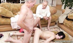 Дедушка присматривает за тощей внученькой, пока её на полу рачком ебёт в жопу его 65-летний корешок