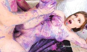 После необычного фетиша нового ухажёра, русской чике пришлось отмываться в душе от краски битый час