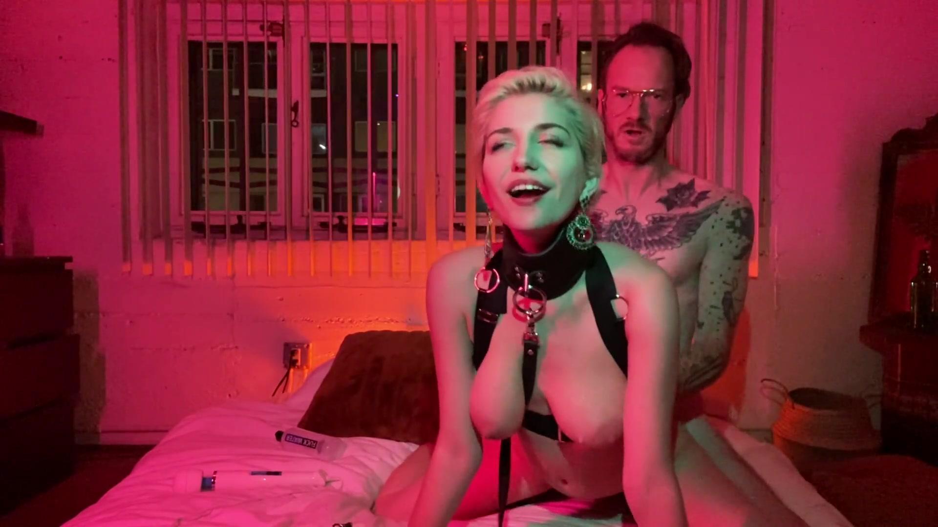 Стройная блондинки с короткой стрижкой получает от мужиков комплименты и двойное проникновение - секс порно видео