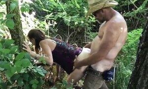 Измена жены, одетой в джинсовые мини шорты на лоне природы