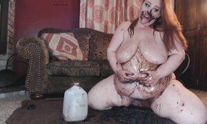 Жирная рыжая мамаша устроила шоколадный фетиш перед веб камерой