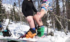 Блондинка на холоде сняла с себя тёплую одежду, чтобы потрахаться прямо на снегу