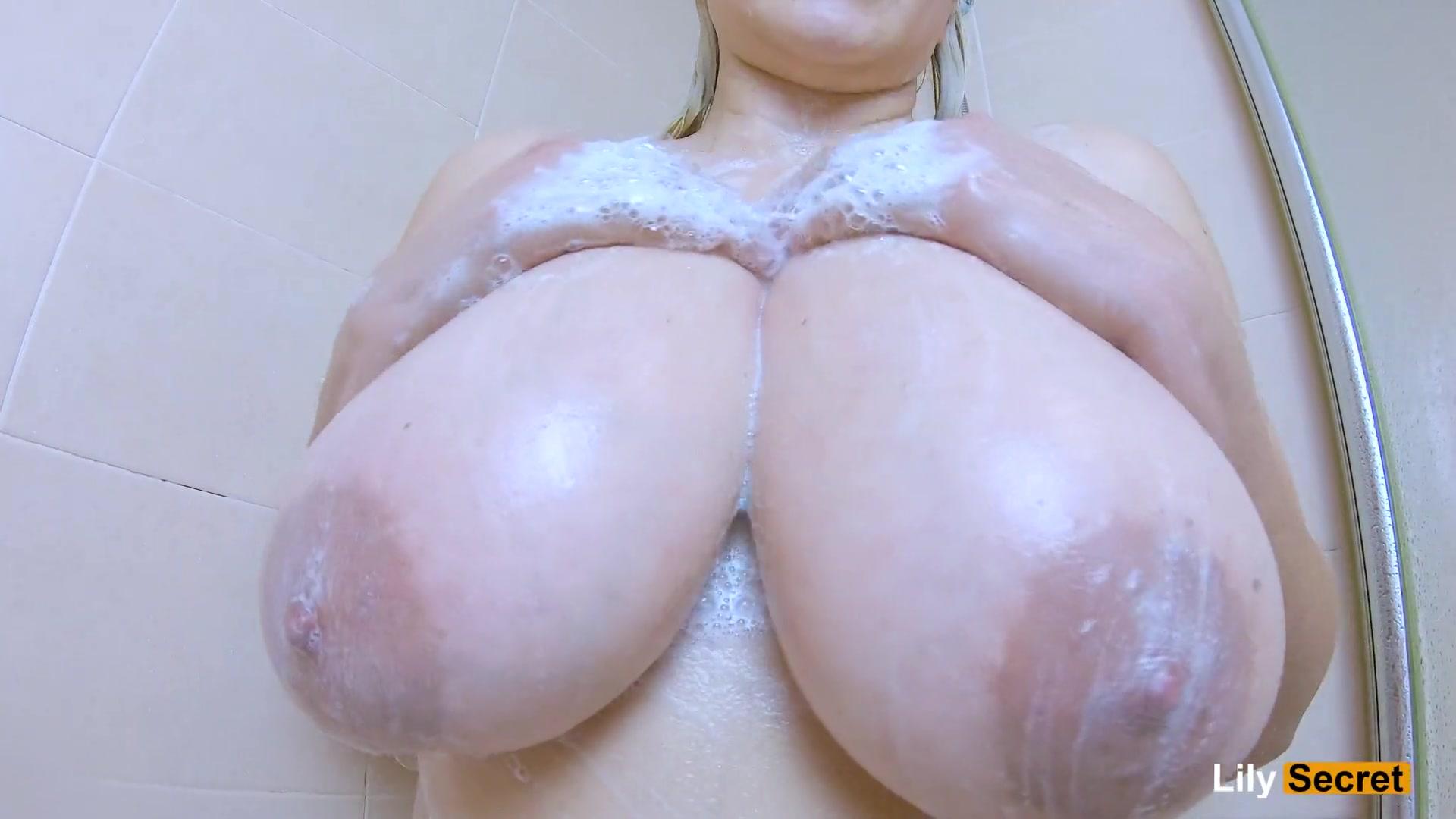 Толстая брюнетка с большой грудью в душе