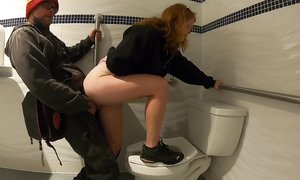 Рыжая дурнушка с маленькой грудью согласна дать любому пусть даже и в общественном туалете