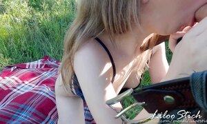 Жопастая студентка на поляне возбудила своего парня влажным отсосом