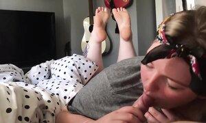 Пухлая домохозяйка привыкла по утрам глотать сперму своего мужика