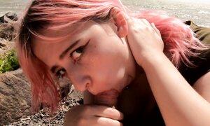 Оказалось немного стыдно русской 18-летней студентке глотать сперму прилюдно
