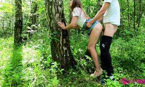 Дружеский перепихон на природе с худой тёлкой, одетой в джинсовую юбку
