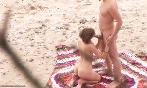 Секс на пляже молодой парочки, снятый скрытой камерой