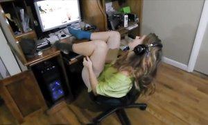 Девочка была застукана за дрочкой своей волосатой киски
