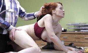 Зрелая рыжая дамочка получит работу, если даст себя отъебать